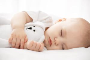 Gesunder Schlaf im Beistellbett für Babys